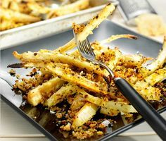 Med utseende lik en palsternacka och med smak av persilja och mild selleri är persiljeroten en rotsak som förtjänar uppmärksamhet. Rosta den i ugnen och den får en fyllig smak som passar suveränt till hasselnötterna, den salta parmesanosten och det krispiga japanska ströbrödet Panko.