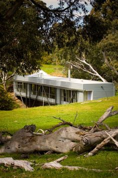 """How's this for a house! Living over a Bridge Architect Max Pritchard designed a """"bridge house"""" across a stream, surrounded by the lush green scenery. The unique house has transparent walls made of glass and is located in Adelaide, Australia. Crazy Houses, Modern Houses, Tiny Houses, Green Scenery, Steel Trusses, Innovation, Sweet Home, Narrow House, Unusual Homes"""