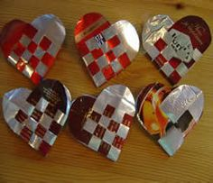 Hearts made from coffee bags. Recycled Crafts, Diy And Crafts, Paper Crafts, Diy Recycle, Recycling, Paper Weaving, Handicraft, Christmas Crafts, Coffee Bags