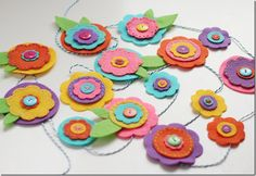 Easy tutorials to craft flowers for mom that are great for kids and adults. DIY Flower bouquets for mothers Flowers For Mom, Mothers Day Flowers, Felt Flowers, Fabric Flowers, Floral Garland, Flower Garlands, Flower Decorations, Felt Diy, Felt Crafts
