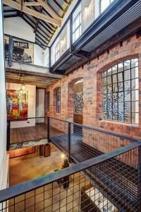Location Works Mobile The definition of loft conversion was coined by way of … Warehouse Living, Warehouse Home, Warehouse Design, Mexican Interior Design, Showroom Interior Design, Loft Design, Deco Design, Loft Interiors, Lofts
