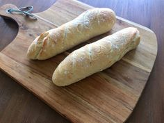 Zelfgebakken brood is het lekkerste wat er is. En zelf stokbrood bakken is ook nog eens heel erg eenvoudig. Wat let je, hup de keuken in! Waffles, Pancakes, Recipe Images, Baguette, Bread Recipes, Breakfast Recipes, Healthy Recipes, Healthy Food, Menu