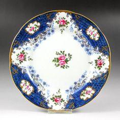 英国はエインズレイ社のアンティークのケーキプレートです。品の良いネイビーのお色を中心とした色合いですが、その中に鮮やかなピンク色のバラが描かれており華やかさを出しています。またエレガントなラインの金彩がより豪華さと品格を上げているお品物となります。製造年は1891~1910年の間となります。 http://eikokuantiques.com/?pid=87274971