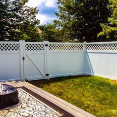 White Vinyl privacy fence Vinyl privacy fence with topper Beautiful Vinyl fence design ideas Fence Designs - Lions Fence Award Winning Local Co Dog Fence, Pasture Fencing, Dog Yard, Vinyl Privacy Fence, Privacy Fences, Fence Panels, Privacy Screens, Backyard Fences, Garden Fencing