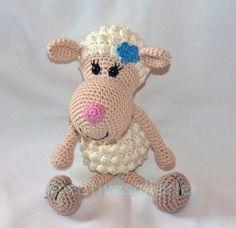 Schaf Rosa möchte so gern von Dir gehäkelt werden. Sie kuschelt gerne und ist sehr dekorativ. Hol Dir gleich die PDF-Anleitung + Wolle und häkle los.