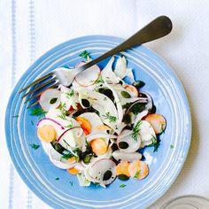 Deze frisse salade met venkel, wortel en radijs staat in een mum van tijd op tafel. De pompoenpitten geven een crispy bite aan het geheel.    1. Rasp degroenten.    2.Doe de rasp over in een kom enroer de mayo, het citroensap,...