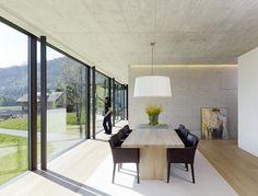 Architektenhäuser: Familiendomizil am Hang Inside A House, Futuristic Architecture, House Made, Bauhaus, Beautiful Homes, Sweet Home, Dining Table, House Design, Building