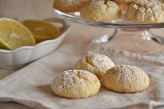Biscotti morbidi al limone, dei semplici dolcetti morbidi preparati velocemente con pochi ingredienti di qualità. Ideali per il the, colazione, merenda.
