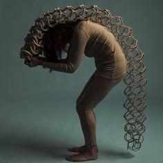 De sculpturen van Cecil Kemperink (° 1963) laten de verbinding zien tussen haar verschillende passies: textiel, klei, dans, mode en beeldende kunst. Ze onderzoekt 'ruimte' en speelt met ritme, vorm, beweging, energie en geluid. Luister, zie, voel en ervaar wat er gebeurt als de sculpturen bewegen en verruim en verrijk je zintuigen. 'Imagine' Contemporary Artists, Statue, Sculptures, Sculpture