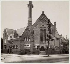 De Nederlands Israelitische Synagoge aan de Linnaeusstraat nr. 119 in 1928 (Foto: Gemeentearchief Amsterdam).  In Amsterdam Oost heeft de Synagoge Oost gestaan die was ontworpen door Jacob S. Baars (1886 - 1956). Deze architect was een volgeling van Berlage en de Synagoge was ontworpen in de stijl van de Amsterdamse School. Deze synagoge werd in 1928 gebouwd en in 1962 afgebroken.