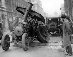 Vehiculo de tracción a vapor con el eje trasero roto en Pall Mall, Londres 1923
