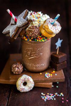 We've taken the popular freak shake and given it a new twist. This hot freak shake is the perfect addition to your winter nights in. Dessert Drinks, Yummy Drinks, Delicious Desserts, Dessert Recipes, Yummy Food, Comida Do Starbucks, Milk Shakes, Milkshake Recipes, Nutella Milkshake