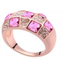 Anillo Crisna. Anillo John Lesser bañado en oro rosado de 18 quilates montado con cristales de Swarovski en color rosa y cristal.