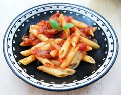Simple Tomato Sauce for Pasta diet = 63 calories per serving in total with the pasta) Low Calorie Recipes, Diet Recipes, Cooking Recipes, Healthy Recipes, Healthy Dishes, Healthy Foods, Vegetarian Recipes, Recipies, Fast Food Diet