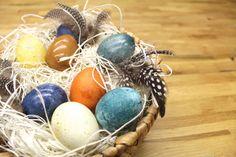Natürlichkeit siegt! Wer seine gekochten Eiernachhaltig und ohne jede Chemie färben will, denkt nicht nur an die Natur, sondern geht ganz nebenbei auch noch mit dem Trend. Denn Selbermachen mit natürlichen Rohstoffen und die daraus entspringenden Pastellfarben sind gerade zu Ostern angesagter denn je! Wir zeigen dir, wie du aus dem Gemüse in deinemKühlschrank ein natürliches Färbemittel machen kannst. Unser Beispiel zum Präsentieren: der virtuos gemusterte Rotkohl.