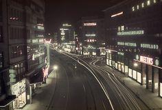 Stockholm på natten. Kungsgatan i Stockholms city, vid korsningen till Sveavägen. Meeths varuhus i förgrunden. Foto: Fredrik Bruno, 1940.