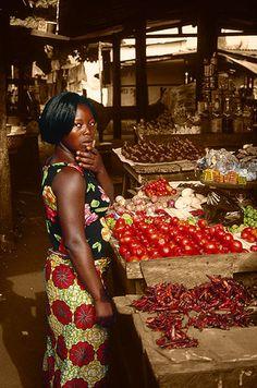 Vendedora de tomates en el mercado de Lomé -   Selling tomatoes on the Lomé market (December 2007)    www.vicentemendez.com