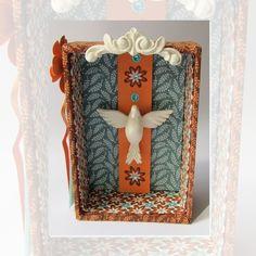 Oratório em MDF forrado com tecido 100% algodão    Ornamento e pombinha em resina (altura 6 cm).    No verso a oração do Divino e ganchinho para pendurar .  Um toque especial a sua fé!    *** PRONTA ENTREGA ***  Envio : 01 dia útil após confirmação do pagamento R$ 48,90