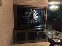 Mobiliário com Aparador e Painel, com revestimento preto e bronze. Fernando Designer