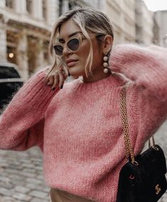 Women's winter classic trends casual street styles. Outfits with flats Retro Vintage Cat Eye Sunglasses Pullover Mode, Pullover Outfit, Pink Sweater Outfit, Fashion Moda, 90s Fashion, Fashion Outfits, Fashion Trends, Fashion Fashion, Fashionable Outfits