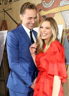 TOM HIDDLESTON + ELIZABETH OLSEN TALK I SAW THE LIGHT | Red Carpet Roxy