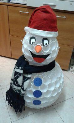 Pupazzo di neve con bicchieri di plastica Snowman, Outdoor Decor, Ideas, Home Decor, Decoration Home, Room Decor, Snowmen, Home Interior Design, Thoughts