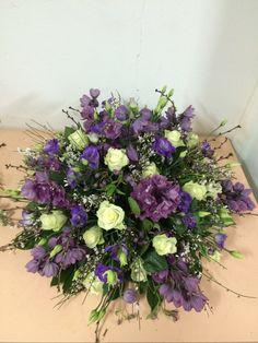 Natuurlijk afscheidsbloemwerk Funeral Flower Arrangements, Funeral Flowers, Casket Sprays, Year Round Wreath, Flower Basket, Saddles, Deco, Floral Wreath, Wreaths
