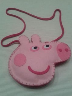 Peppa Pig Purse - no instructions, this picture only Pig Crafts, Felt Crafts, Sewing Crafts, Sewing Projects For Kids, Crafts For Kids, Felt Kids, Animal Bag, Felt Purse, Couture Sac