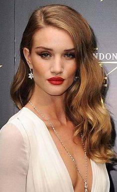 We all want to get Hollywood glamour look we have dreamed of, don't we? So here we have rounded up the best images of Hollywood Hair Styles that you will. Wedding Hair Down, Wedding Hairstyles For Long Hair, Wedding Hair And Makeup, Bride Hairstyles, Down Hairstyles, Hair Makeup, Hollywood Hairstyles, Elsa Hairstyle, Side Part Hairstyles