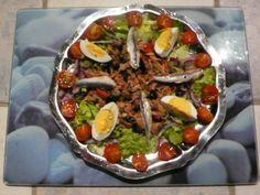 thon, tomate cerise, salade, oignon rouge, câpre, olive noire, olive verte, poivron rouge, oeuf, anchois, huile d'olive, jus de citron...