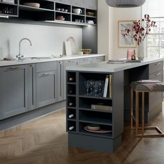 The door has a realistic wood grain effect finish. Plus a range of cabinet options such as half-height units means the layout can be customised for any space. Kitchen Tops, Kitchen Units, Open Plan Kitchen, New Kitchen, Kitchen Island Joinery, Kitchen Dining, Grey Shaker Kitchen, Rental Kitchen, Copper Kitchen