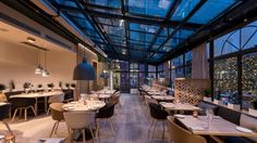 Steel suspensions that adorn the restaurant, recall the current trends, the successful combination of the old and the contemporary.