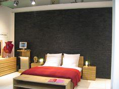 Dormitorio con pared de piedra negra. Bedroom with wall panels in black. #WallPanels #Decoration #Bedrooms #DressYourWall