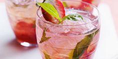 MOJITO A LA FRAISE (Pour 1 P :  6 cl de rhum cubain • 1 citron vert • 3 cl de sirop de fraise • 15 cl d'eau gazeuze • 4 feuilles de menthe • 3 belles fraises • 4 glaçons ou 2 c à s de glace pilée)