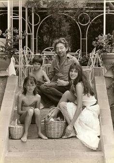 Serge Gainsbourg, Jane Birkin avec leurs filles Kate Barry et Charlotte Gainsbourg