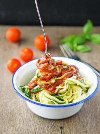 SPAGHETTI DE COURGETTES À LA BOLOGNAISE RECETTE - A PARTIR DE 2 ANS Quand les spaghettis sont en réalité des courgettes, ce sont les enfants qui sont amusés et le repas qui devient plus léger ! Voici comment réaliser ce petit prodige, avec la recette des spaghetti de courgettes à la bolognaise pour 4 personnes !