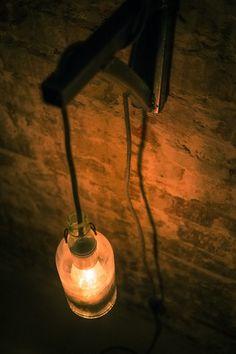 """Hängelampe """"Straßenlaterne"""" • unterkellert    Diese Lampe bringt Licht ins Dunkel. Durch die warme Farbe, die sie spendet, und den konträren industriellen Look passt sie mühelos in jedes Ambiente. Sei es im Schlafzimmer neben dem Bett, über der hauseigenen Bar oder an der Wand mit den gut gefüllten Weinregalen im Keller, euch wird ein Licht aufgehen."""