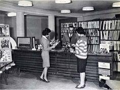 73.) Les femmes afghanes, en tenue décontractée, utilisent une bibliothèque publique avant que la règle des talibans (1950).