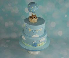 En flot blå drenge fødselsdagskage med håndlavet bamse og luftballon på toppen af kagen. En lille tog på siden :) Passer også som dåbskage - mere på www.bakemydaydk.com