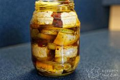 Máte-li chuť na naložený hermelín, ale už se vám nechce jít jen po klasice s kořením, zkuste k němu přidat sušená rajčata a olivy, do nálevu přidejte krapet provensálských bylinek a chuťové buňky si budou novotou opět chrochtat. Pickles, Cucumber, Food And Drink, Cheese, Homemade, Snacks, Meals, Canning, Food