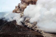 Der Sinabung auf Sumatra im Rauch: Der Vulkan war Anfang November besonders...