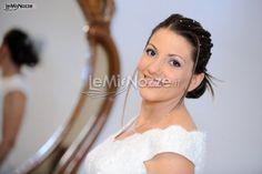 Chignon basso e treccine per l'acconciatura sposa. Guarda qui tantissime altre acconciature sposa http://www.lemienozze.it/gallerie/foto-acconciature-sposa/img10282.html