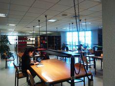 Vista general. Sala de lectura Conference Room, Table, Furniture, Home Decor, Reading Room, Organize, Decoration Home, Room Decor, Tables