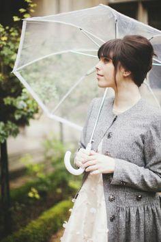 Durchsichtiger Regenschirm vitage foto dame mit mantel