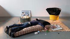 La poltrona Huggy, perfetta per soggiorno, camere e camerette di design, si trasforma in un letto d'emergenza.