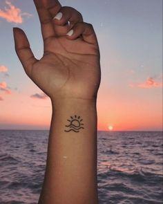 Vai fazer sua primeira tatuagem? Mas está com dúvidas de qual fazer, ou não sabe qual vai fazer? Nesse post você verá as principais inspirações que separei para vocês não errarem na escolha da sua primeira tatuagem. Beachy Tattoos, Small Henna Tattoos, Smal Tattoo, Henna Tattoo Designs Simple, Simplistic Tattoos, Dainty Tattoos, Beach Henna Tattoos, Small Beach Tattoo, Small Henna Designs