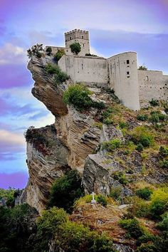 Замок Роккаскаленья (Castello di Roccascalegna), Абруццо, Италия.