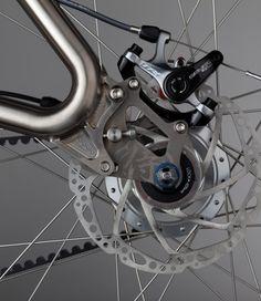 オールチタン製ロードバイク「SAMURAI(サムライ)」が2015北米ハンドメイド自転車展に出展された。フレームのカーブには、「エビ管溶接構造」を採用。武士の鎧をイメージした剛健かつ優美な仕上がりとしている。
