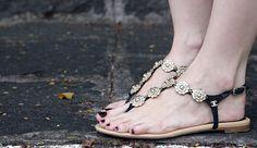 Rasteirinha Chanel com camélias de metal e strass