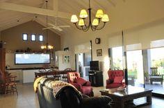 Mirá imágenes de diseños de Livings estilo rural}: espacio integrado. Encontrá las mejores fotos para inspirarte y creá tu hogar perfecto.